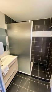 Een badkamer bij Logis - Le Christina