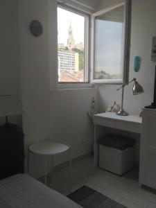 A bathroom at T2 Vue sur la Basilique de Notre Dame de la Garde