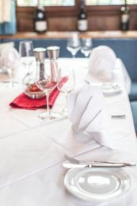 A restaurant or other place to eat at PLAZA Hotel Buchhorner Hof