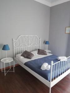 Un pat sau paturi într-o cameră la Mansarda in Palazzo d'Epoca