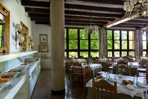 A restaurant or other place to eat at Parador de Gijón