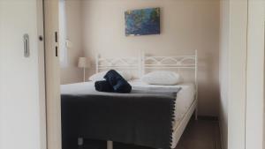 A bed or beds in a room at Logement reposant, sécurisé et climatisé