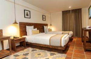 A bed or beds in a room at Hotel Roadhouse