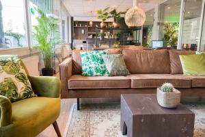 De lounge of bar bij Court Garden Hotel - Ecodesigned