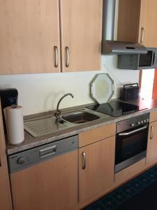 Een keuken of kitchenette bij Ferienwohnung Schmell