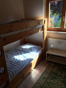 Een stapelbed of stapelbedden in een kamer bij Ferienwohnung Schmell