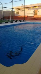 A piscina localizada em استراحة الرونق Al Rownaq chalet ou nos arredores