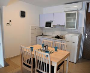 A kitchen or kitchenette at Apartments Palma & Pino