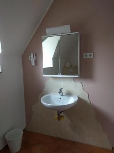 A bathroom at Monteurzimmer Kastorf