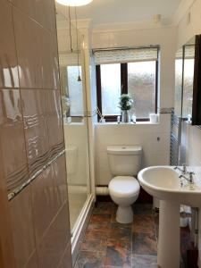 A bathroom at Quayside Close Holiday Apartments