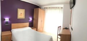 A bed or beds in a room at Hostal Meseguer