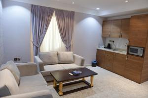Uma área de estar em Crown City Hotel - فندق كراون سيتي