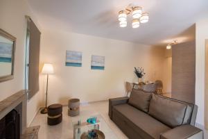 A seating area at Bounatsa Studios & Apartments
