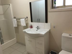 A bathroom at Echuca Holiday Units