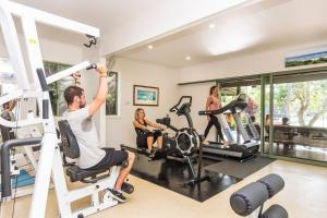 The fitness centre and/or fitness facilities at The Oasis Apartments and Treetop Houses