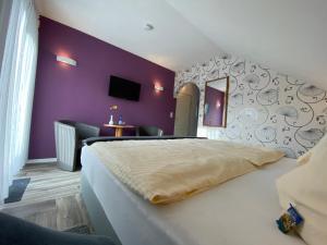 A bed or beds in a room at Landhaus Pension Voß