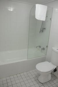 A bathroom at Accommodation Sydney City Centre - Hyde Park Plaza Park View College Street Studio Apartment