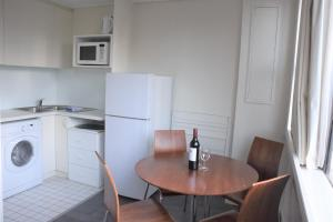 A kitchen or kitchenette at Accommodation Sydney City Centre - Hyde Park Plaza Park View College Street Studio Apartment