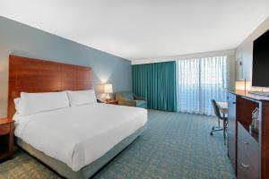 A bed or beds in a room at Holiday Inn Orlando – Disney Springs™ Area, an IHG Hotel
