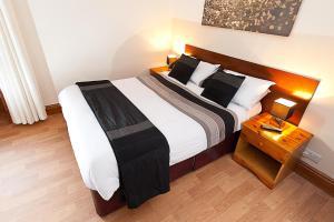 Кровать или кровати в номере Port Dinorwic Hotel and Apartments