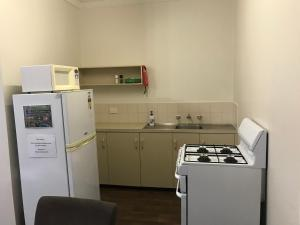 A kitchen or kitchenette at Echuca Holiday Units