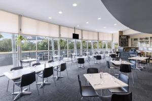A restaurant or other place to eat at Travelodge Hotel Hobart Airport