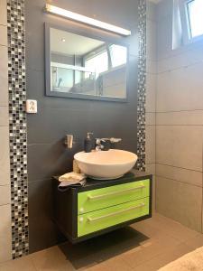 Kúpeľňa v ubytovaní Large, new 2 rooms apt near the aiport