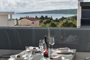 Reštaurácia alebo iné gastronomické zariadenie v ubytovaní Pool Apartments & Rooms Mare