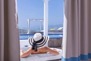 Vue sur la piscine de l'établissement Colours of Mykonos Luxury Residences & Suites ou sur une piscine à proximité