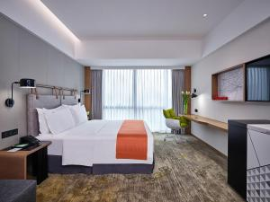 A bed or beds in a room at Holiday Inn Guangzhou South Lake, an IHG Hotel