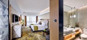 A bathroom at Holiday Inn Guangzhou South Lake, an IHG Hotel