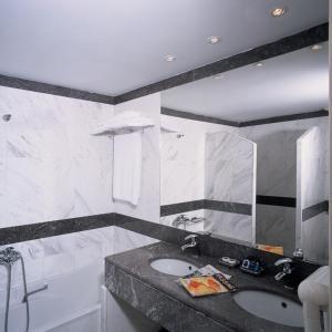 A bathroom at Cape Kanapitsa Hotel & Suites