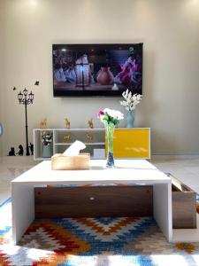 Uma TV ou centro de entretenimento em A - 369 مقابل الراشد مول