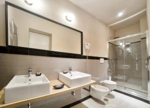 A bathroom at Hotel Touring Wellness & Beauty