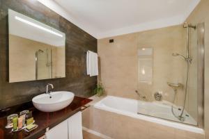 A bathroom at Hotel Parlament