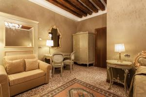 A seating area at Hotel Al Ponte Mocenigo