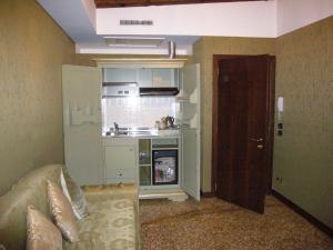 A kitchen or kitchenette at Hotel Al Ponte Mocenigo