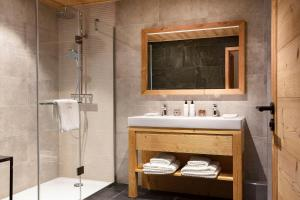 Een badkamer bij Hôtel Grandes Rousses