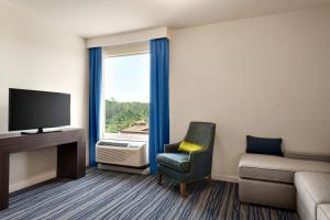 A seating area at La Quinta Inn & Suites by Wyndham Orlando IDrive Theme Parks