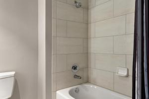 A bathroom at La Quinta Inn & Suites by Wyndham Orlando IDrive Theme Parks