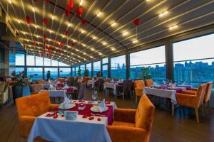 Um restaurante ou outro lugar para comer em Luxury Apartment
