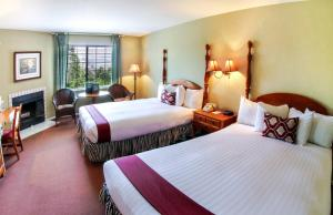 A bed or beds in a room at Cambria Pines Lodge