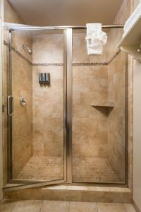A bathroom at Cambria Pines Lodge