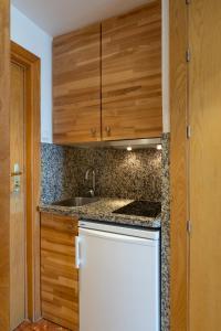 Een keuken of kitchenette bij Hotel Apartamentos Bajondillo