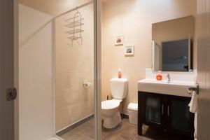 A bathroom at Luxury Cardrona Villa 10