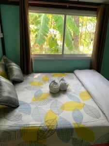 เตียงในห้องที่ Meephawa Resort