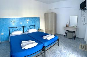 A bed or beds in a room at Kedros Rooms