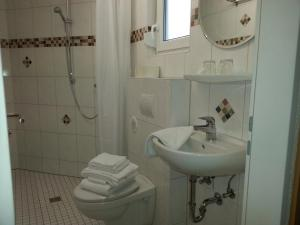 A bathroom at Hotel Am Kamin