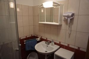 A bathroom at Atlas Apartman