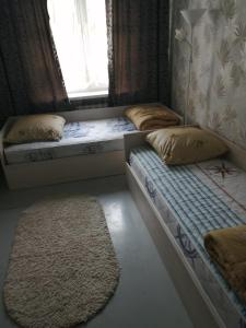 A bed or beds in a room at Apartment on Kosmonavtov Street 20